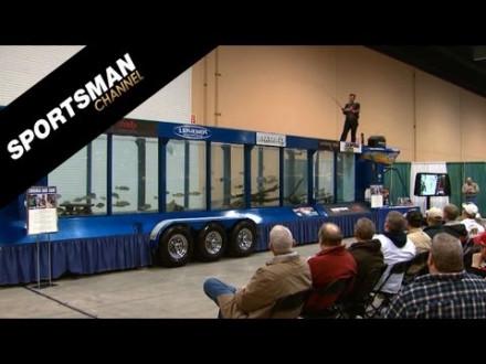 Legende Kevin Vandam geeft demo – Vistank met roofvis op een beurs